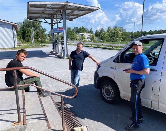 Det är volymerna och storförbrukarna i Munsala som ska borga för ett konkurrenskraftigt bränslepris lovar Tobias Wik, Fredrik Backlund och Göran Holm.