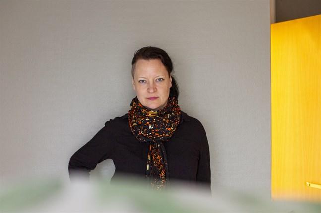 Fotokonstnären Sade Kahra är aktuell med utställning i Vasa. Hon leder också ett samarbetsprojekt vid Novia som går ut på att fyra finländska yrkeshögskolor ska utveckla sina bildkonstutbildningar.