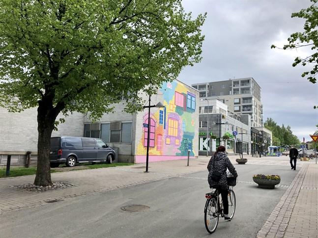 Muralmålning på församlingshusets vägg i Willmanstrand, konstnärer Viivi Kiiskinen och Anni-Sofia Knuuttila.