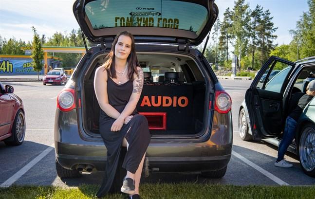 Sandra Smedslund, 23, från Pedersöre har fått hjälp av sambon Robin Eriksson med ljudanläggningen i bilen. Nu siktar hon på att delta i en tävling.