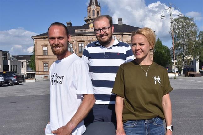 Björn Sandler och Josefin Sjölind-Kohtamäki är duon bakom företaget C.O.R.E. Sports & Events. Antti Koivukangas (i mitten) ställer sina verbala färdigheter till förfogande som speaker i samband med höstens gatulopp JB Street Run.