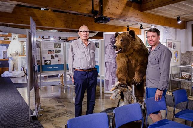 Polarfararen och grundaren Pentti Kronqvist med föreningens ordförande Petri Mäkelä. Bakom dem syns jubileumsutställningen.