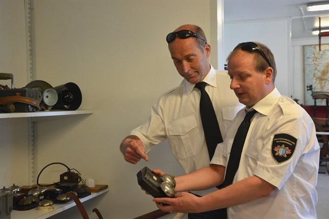 Paul Mattila och Thomas Fröberg visar upp alarmklockan som var brandsirenens efterträdare.