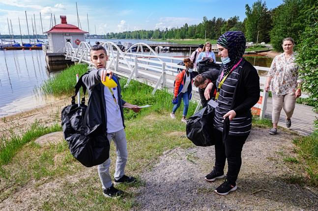 Volontärerna Hussein Alkhalaf och Khawlah al Ali förbereder en aktivitetsbana inför barnlägret på måndag. Projektkoordinator Sari Juvani i bakgrunden till höger är stolt över volontärernas jobb.