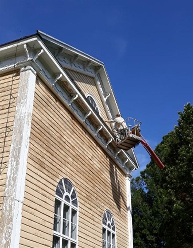 Sixten Ahlsved har i sommar bytt det vanliga vaktmästarjobbet mot målning av Terjärv kyrka.