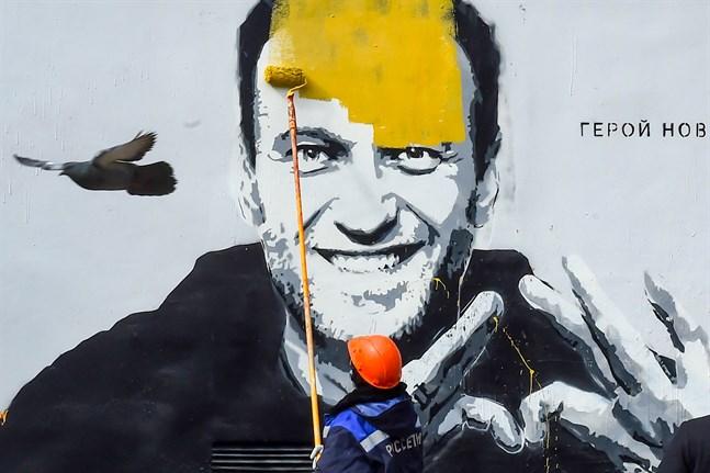 Graffiti på Aleksej Navalnyj i Saint Petersburg målas över. Bilden är tagen i april.