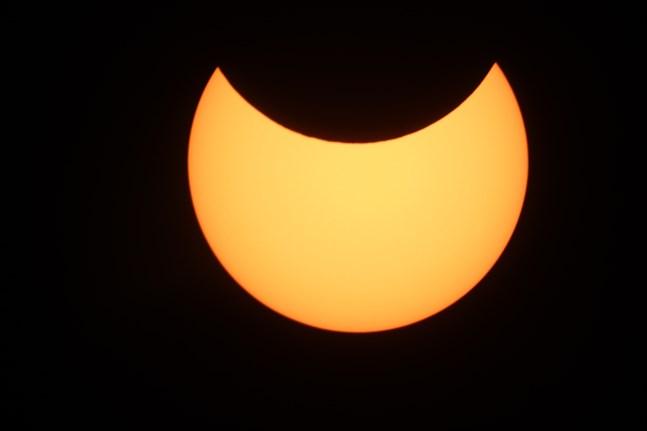 Så här såg solförmörkelsen ut i Närpes då den var som störst. Det inträffade vid 14-tiden på torsdag eftermiddag.