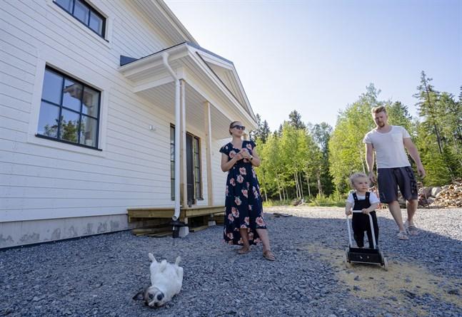 Familjen Bergvik ville bo avskilt på landet men ändå ha nära till stan. När de hittade en ledig tomt i Grönvik slog de till och började sin resa till att skapa sitt drömboende.