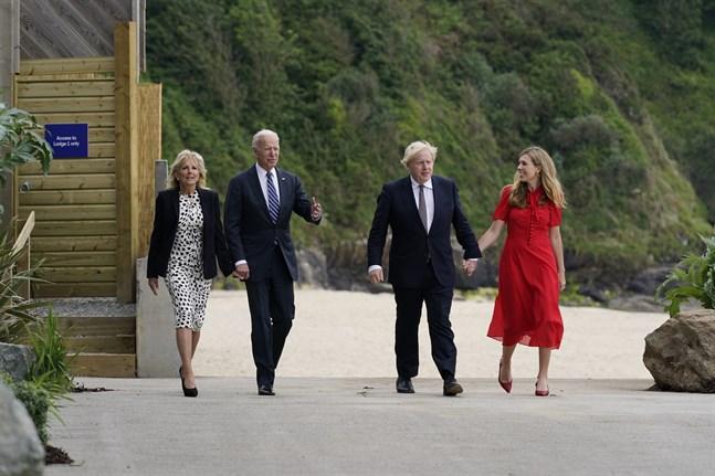 Presidentparet Joe och Jill Biden träffar Storbritanniens premiärminister Boris Johnson och hans fru Carrie Johnson i Carbis Bay, England.