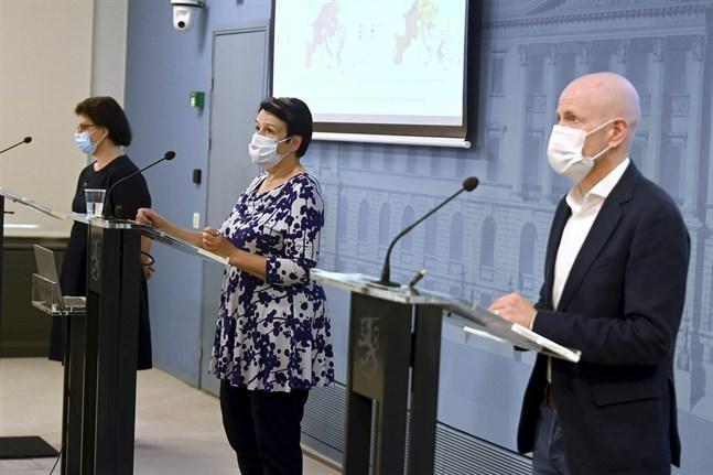 Strategidirektör Liisa-Maria Voipio-Pulkki och kanslichef Kirsi Varhila från Social- och hälsovårdsministeriet och överläkare Otto Helve från Institutet för hälsa och välfärd gav en lägesrapport om coronaepidemin på torsdagen.