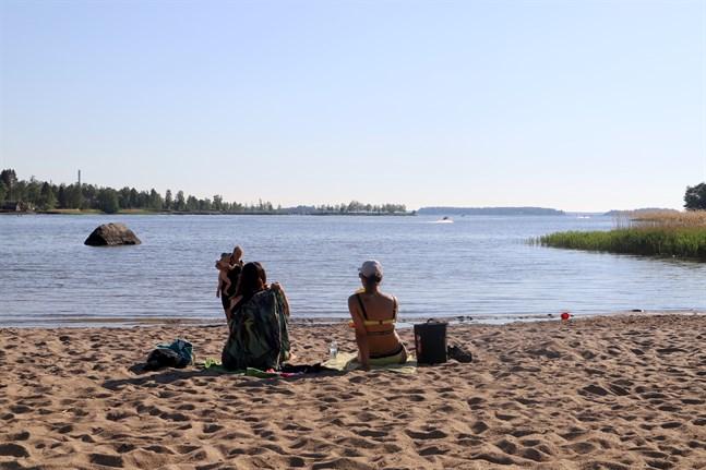 Det är tryggt att simma vid Storvikens badstrand, men använd det sunda förnuftet, säger stadens anställda.