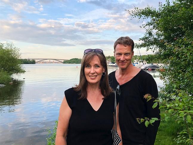 Wivan Nygård-Fagerudd och Johan Fagerudd i Stockholms marina miljö, med Västerbron i bakgrunden.