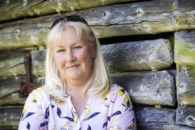 """""""Jag har alltid älskat att dansa. Visst, jag lyssnar väl på det mesta i musikväg. Men nu när jag släpper egna låtar, är det dansvänligt som gäller"""" säger Viktoria Sten från Björköby."""