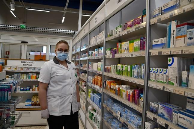 Provisor Simone Skullbacka på Närpes apotek ser till att kunderna får rätt preparat.