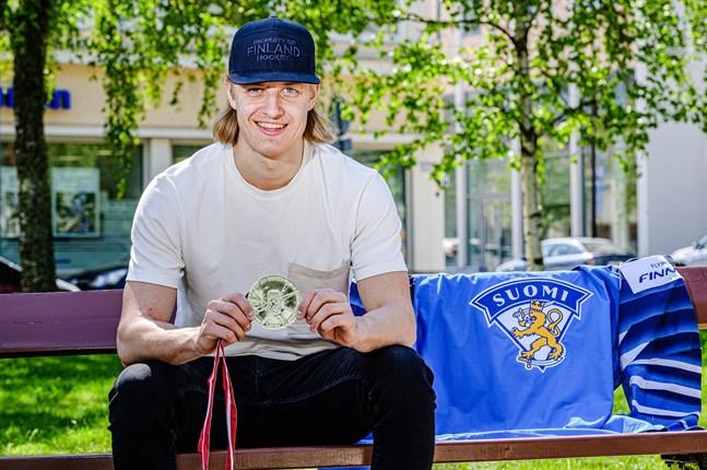 Tony Sund och VM-silvret. Hans lejontröja bar, som säkert alla hockeyintresserade Pedersörebor minns, nummer 6 på ryggen.
