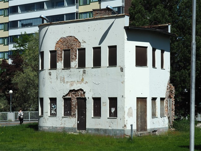 Teboils funkishus i centrum av Karleby är inte längre någon skönhet och många är de förslag som funnits kring vad det skyddade huset borde användas till.