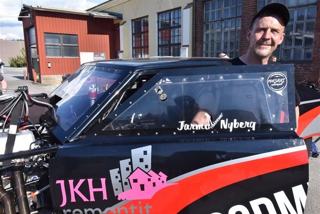Mannen och hans bil. Jarmo Nyberg har kört dragracing i drygt tjugo år.