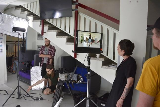 Ett ständigt arbete pågår bakom kulisserna för att få till den perfekta tagningen. Från vänster skådespelaren Conny Kulla, ljudsättare och kameraassistenten Erik Åhman, regissören Annika Åman och fotografen och klipparen Audun Nedrelid.