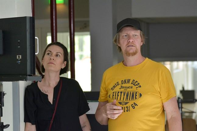 Annika Åman och Audun Nedrelid övervakar i monitorn att allt ser bra ut genom kameran.