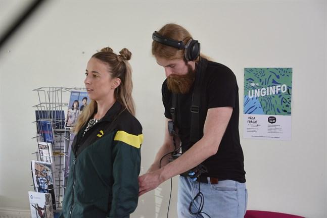 Inför tagning behöver allt vara perfekt. Tommy Björklund fixar mikrofonen som sitter på Alexandra Mangs.