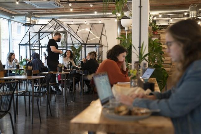 Britter på kaféer och pubar i samband med att landet försiktigt öppnade igen i mitten av maj. Arkivbild.