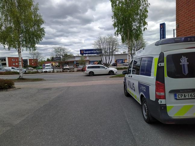 Det är i sig beklämmande och skrämmande att ett ord som blåljussabotage blivit vedertaget. Att kasta föremål på polis som gör sitt jobb som skedde i Vasa och Seinäjoki är oacceptabelt.