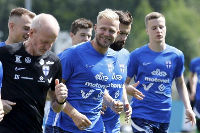 Paulus Arajuuri, i mitten, litar på att Finland kan agera tillräckligt avslappnat i EM-premiären. Bakom honom landslagskaptenen Tim Sparv.