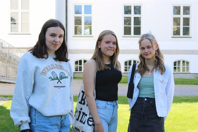 Moa Österholm från Kuni, Edith Omars från Smedsby och Ellen Wik från Böle konfirmeras i Korsholms kyrka i augusti.