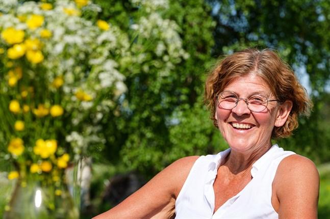 Kerstin Thodén har nära till skrattet. Hon klarar inte av när folk är osams och njuter av ha sin familj nära intill i Rödsö.