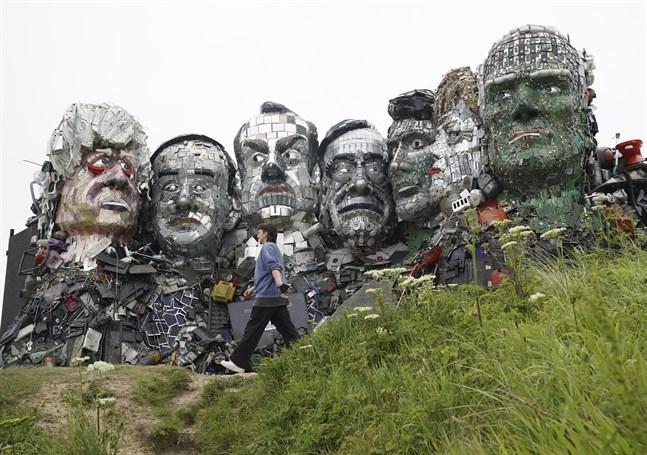 """Teknikskräp har förvandlats till G7-ledarnas ansikten i """"Mount Recyclemore""""-skulpturen i Cornwall, där mötet äger rum."""