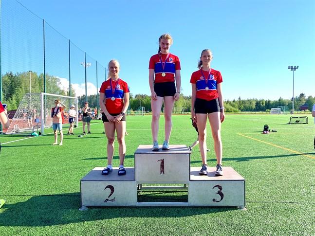 Larsmo IF tog trippelseger på 100 meter för flickor 15. Vann gjorde Alma Byggmästar, tvåa var Vilma Björkskog och trea Josefina Kackur.