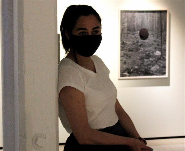 """Bita Razavi på Kuntsi i Vasa. I bakgrunden syns ett verk av Jaakko Kahilaniemis verk """"Foreign factor"""" (2018"""", som ingår i utställningen """"1868   2021   2068""""."""