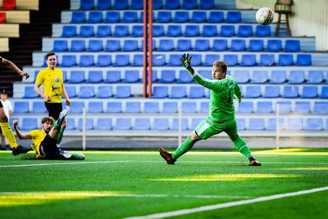 Valter Hassel i Nedervetillagets mål är chanslös när Amadeus Ekman skjuter in matchens första mål.