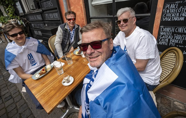 De finländska supportrarna Juha Pulkkinen, Panu Ahvonen, Anssi Ahvonen och Jarmo Pulkkinen får äntligen uppleva ett fotbollsmästerskap för herrar.