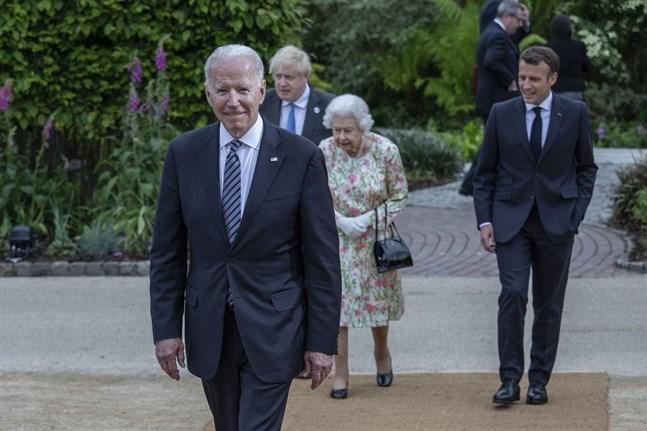 USA:s president Joe Biden tillsammans med Storbritanniens premiärminister Boris Johnson, drottning Elizabeth och Frankrikes president Emmanuel Macron vid G7-mötet i brittiska Cornwall.