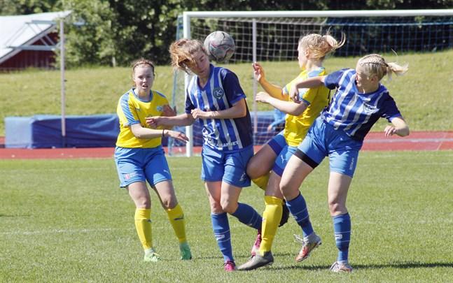 Det var en tuff kamp som utspelade sig mellan Kraft och TKT. Här är det Krafts Nora Haaranoja och Elina Hyöty som kämpar om bollen mot två motståndare.