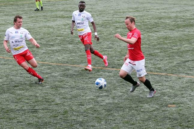 Ex-jaroiten Timo Tahvanainen utmanar Markus Kronholm och Macauley Chrisantus i Jaro.