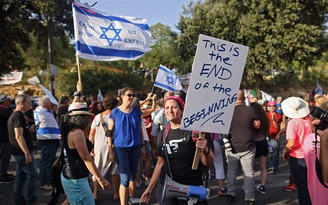 Folk firar efter beskedet att Israels parlament röstat igenom den nya regeringen.