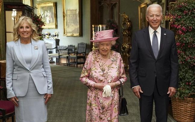 Storbritanniens drottning Elizabeth, i mitten, tillsammans i Windsor Castle med det amerikanska presidentparet Joe och Jill Bilden.