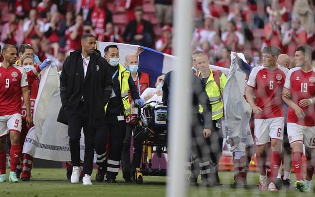 Christian Eriksen förs av planen efter den dramatiska händelsen, då den danska 29-åringen drabbades av hjärtstopp mitt under matchen mot Finland.