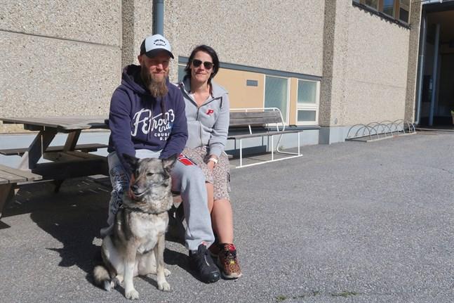 Hunden Eeva fick följa med Mikael och Susanne Nousiainen när de gick till kommunhuset i Malax för att rösta.