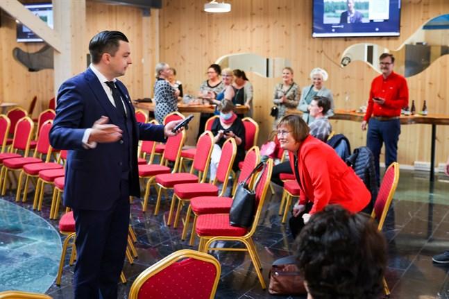 Joakim Strand och Ulla Granfors (i rött till höger) har redan börjat sondera vilka poster andra i SFP:s fullmäktigegrupp är intresserade av. Strand har också ringt centrala personer i andra politiska partier. Bilden är från valvakan på söndagskvällen.