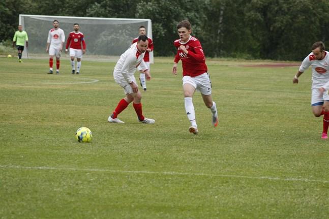 Kaskö IK:s Rijad Badjnevic (i rött) satte tre strutar borta mot IK Myran, men det räckte ändå inte till för en seger.