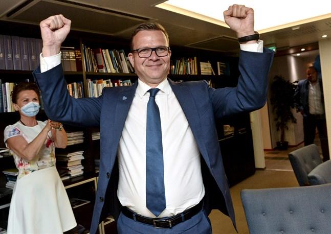 Samlingspartiets Petteri Orpo firar valresultatet på söndagen.