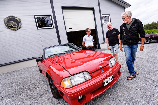 Ford Mustang är temat för lördagens drive-indag i Vagnshallen. Kjell Roos är ägare till denna skönhet från 1989, som klubbkamraterna Michael Åbonde och Peter Nyman kollar in.