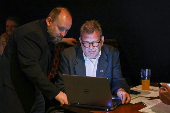 Micael Westerholm och Juha Rantala är två av dem som arbetar med en ny gratistidning i Vasa. Bilden är tagen under Sannfinländarnas valvaka i juni.