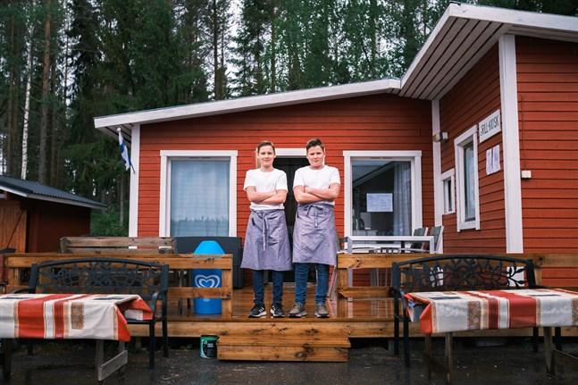 Linus och Casper Öst driver grillen i Stråkaviken. Flera skärgårdsbor har redan blivit stamkunder och grillen lockar turister.