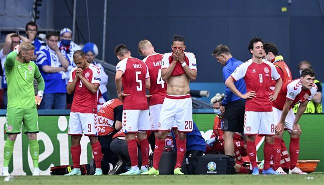 De danska spelarna omringade Eriksen efter kollapsen. Martin Braithwaite till vänster med nummer 9.