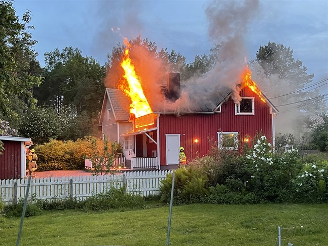En kraftig brand drabbade ett egnahemshus i Jakobstad sent på söndagskvällen.