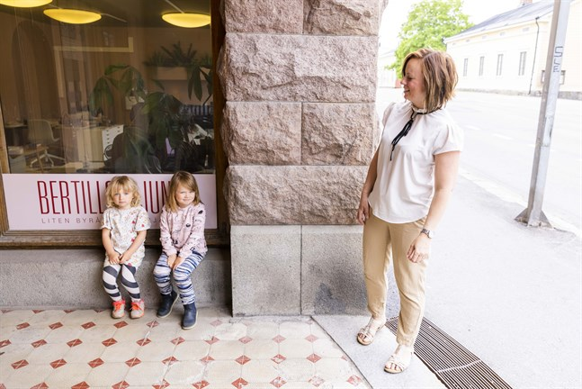 Anna Bertills med döttrarna och kampanjteamet Milou och Smilla Back.